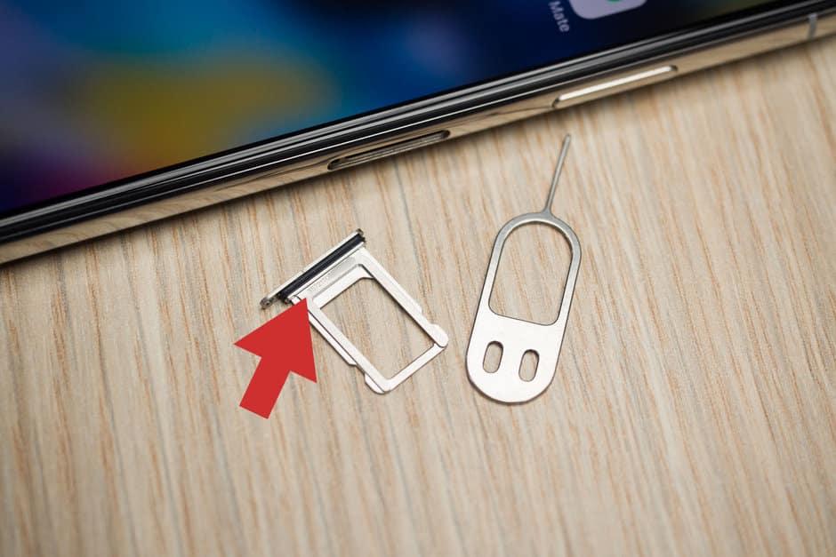 Jika-baterai-sudah-berhasil-dilepas-maka-perhatikan-bagian-fisik-di-dekat-slot-SIM-card